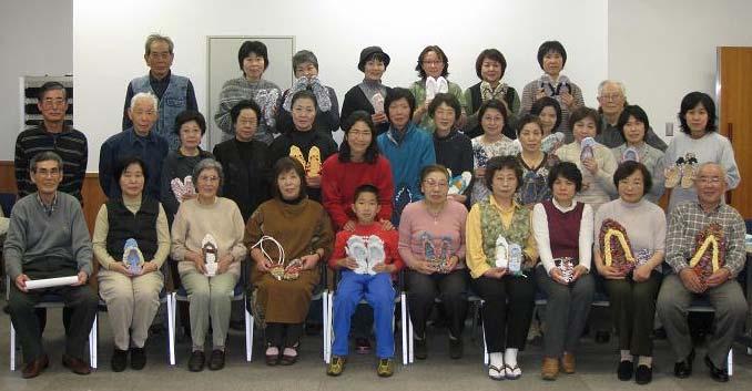 (記念撮影)  最後に参加者全員で記念撮影。つくった布ぞうりを持って。